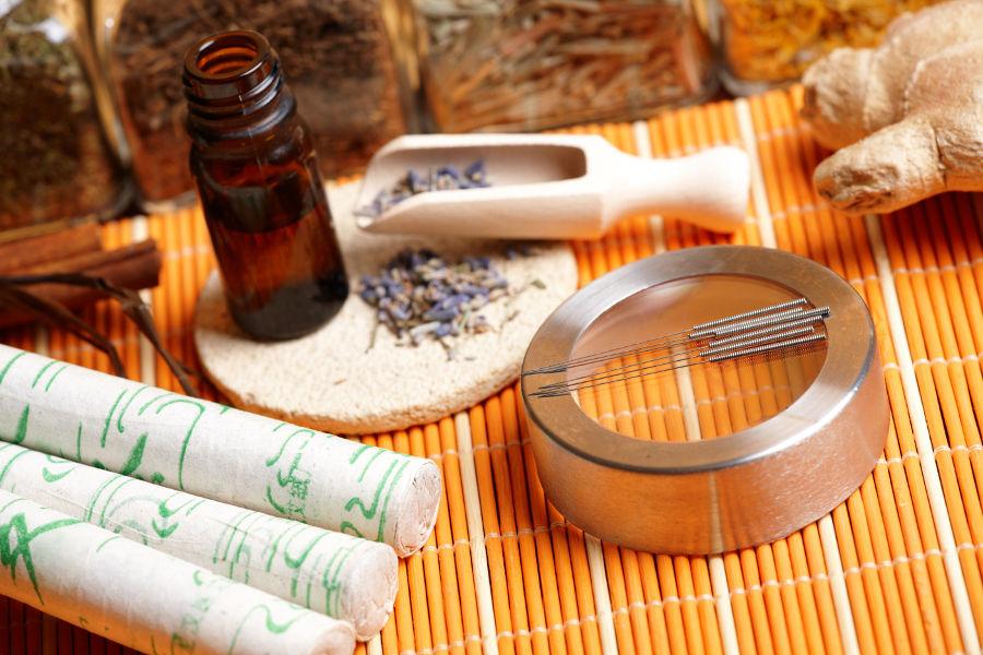 Akupunkturnadeln und TCM Utensilien