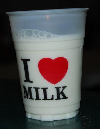Becher mit Milch