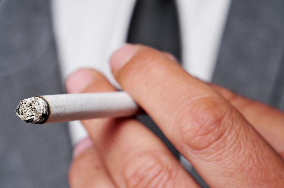 Raucher mit brennender Zigarette